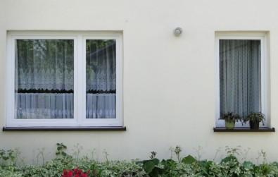 Montaż okien w budynku mieszkalnym